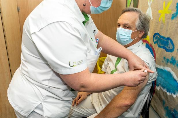 """Vaccins: """"le gouvernement a mené une politique d'annonce inutile"""""""