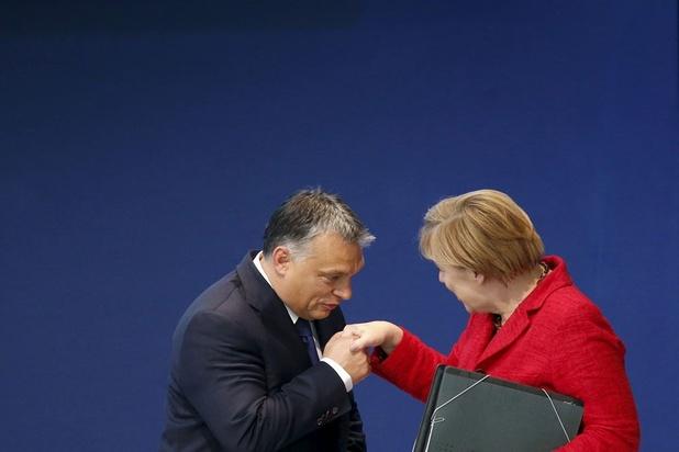 Merkel biedt Orbán en Kaczynski uitweg om terug te krabbelen
