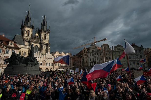 Prague: des milliers de manifestants contre les mesures anti-Covid, heurts avec la police