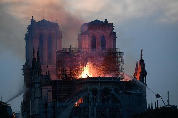 Notre-Dame de Paris défigurée, mais encore debout