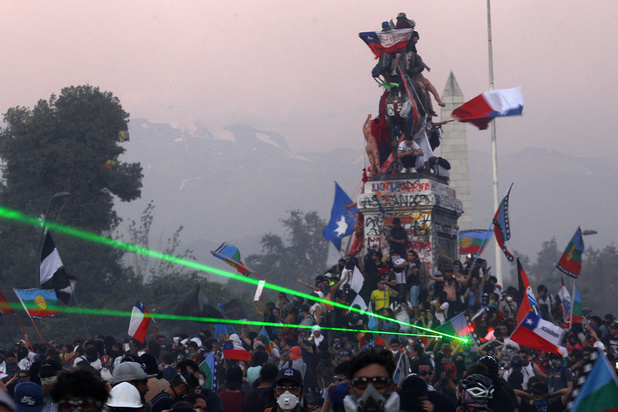 Chili: retour sur un mois de crise sociale, la pire depuis la fin de la dictature de Pinochet