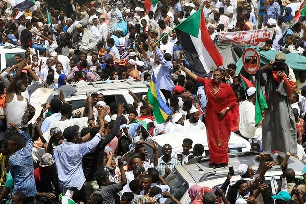 """""""On peut recommencer"""": après Béchir, les sit-in nocturnes continuent au Soudan"""