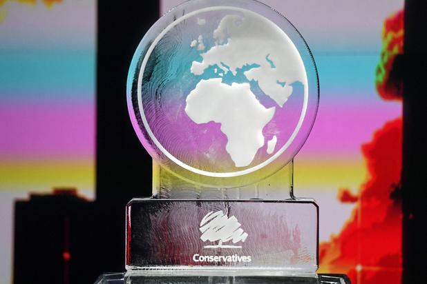 Brits televisiekanaal vervangt afwezige Johnson door smeltende wereldbol, Conservatieven boos