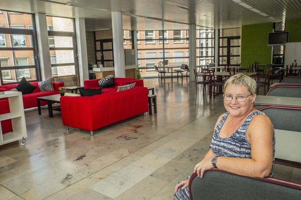 Leerkrachten VTI in Roeselare steken eigen leraarskamer in nieuw kleedje