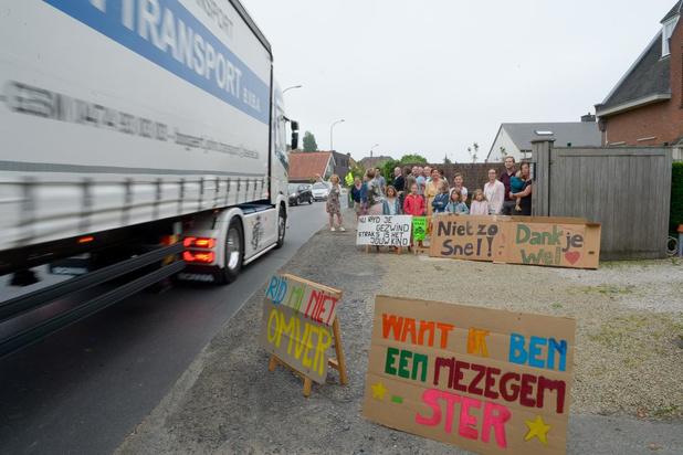 Buurt protesteert met straatontbijt en borden tegen sluipverkeer in Mezegemstraat