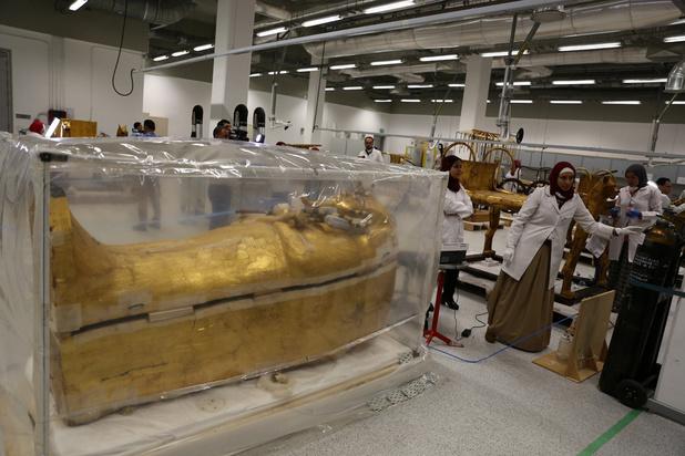 Le sarcophage de Toutânkhamon en restauration, présenté au public