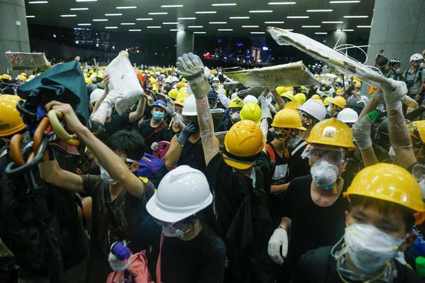 Politie Hongkong herovert controle van parlement nadat betogers waren binnengedrongen