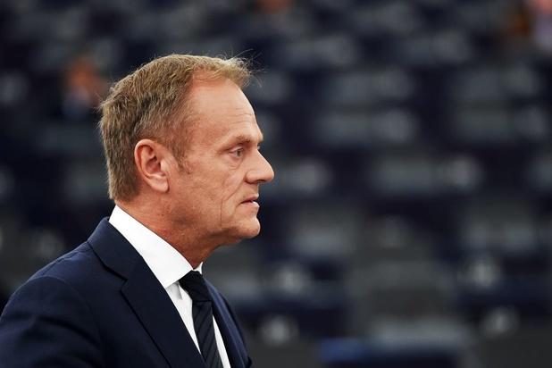 Donald Tusk wil partij van Orbàn uit fractie zetten na veto Hongarije tegen herstelplan