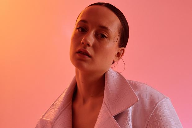 Tessa Dixson toont zich van haar fleurigste kant in 'Tender Me': bekijk de videoclip in première