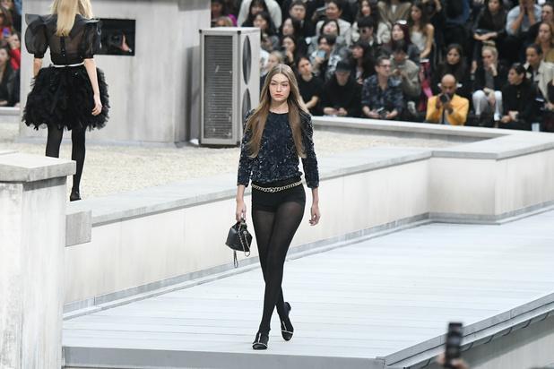 Une intruse vole la vedette au défilé Chanel, avant d'être poussée vers la sortie par Gigi Hadid (vidéo)