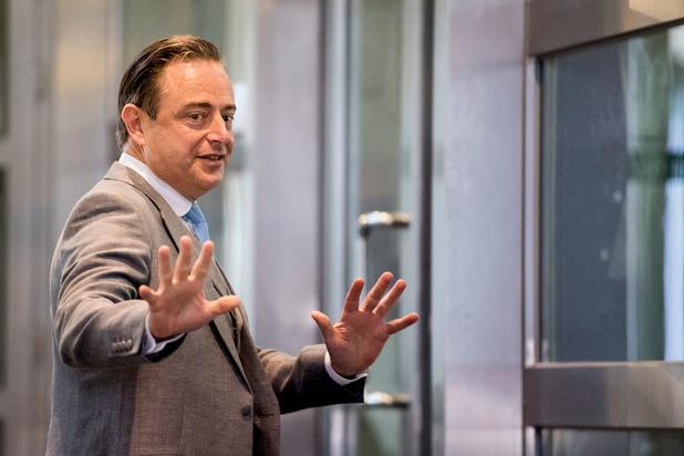 Waarom Bart De Wever de Vlaamse politiek laat wachten