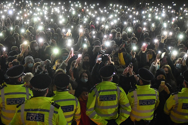 Veillée pour Sarah Everard: la police londonienne conspuée pour son intervention musclée