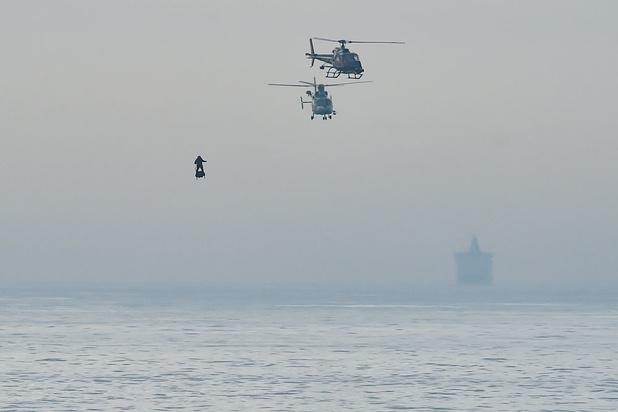 Franky Zapata steekt Kanaal over met flyboard