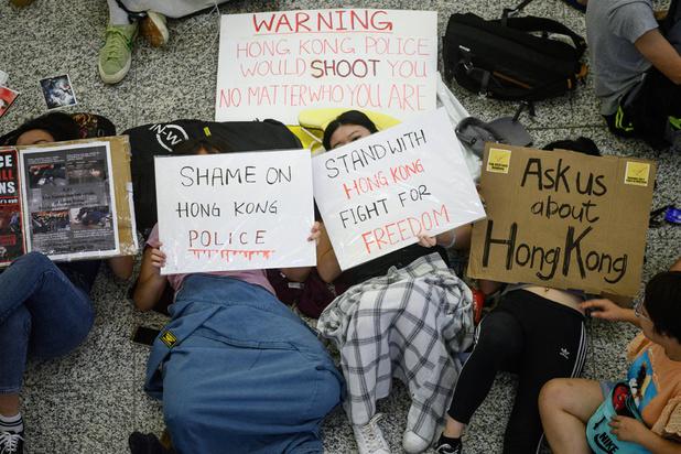 Accalmie à l'aéroport de Hong Kong, la ville plongée un peu plus dans la tourmente