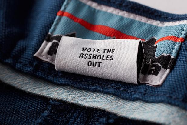"""""""Vote the assholes out"""" : Patagonia encourage via ses étiquettes à voter contre les climato-sceptiques"""