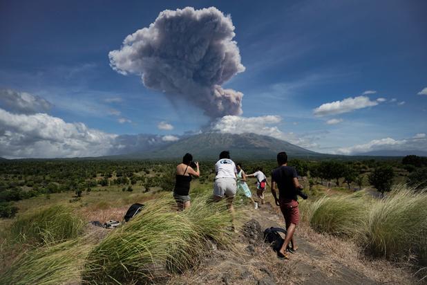 Mount Agung op Bali spuwt as, maar 'geen gevaar voor toeristen'