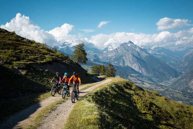 Cyclotourisme: à l'assaut des paysages spectaculaires des montagnes à vélo