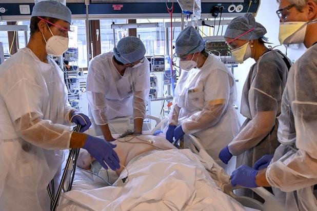 Covid en Belgique: le nombre de personnes hospitalisées repasse sous la barre des 3000