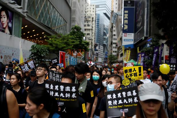La foule manifeste à nouveau dans les rues de Hong Kong