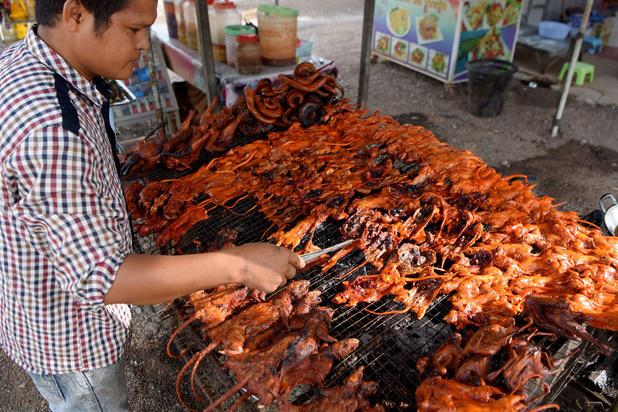 Du rat en brochette, une collation de plus en plus populaire au Cambodge
