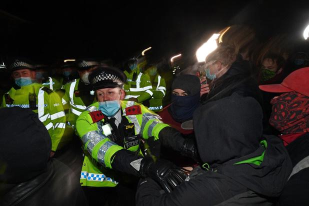 Politie verdedigt hardhandige aanpak wake Sarah Everard: 'Ordehandhaving noodzakelijk'