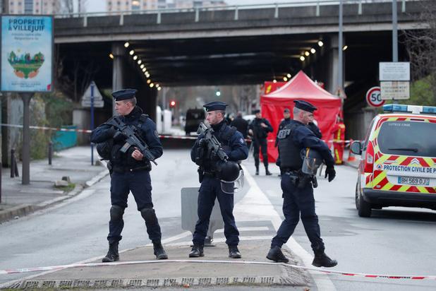 Dader doodgeschoten na dodelijke mesaanval nabij Parijs