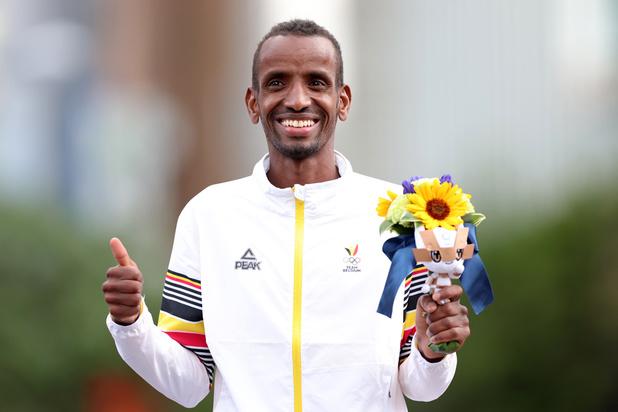 Bashir Abdi se pare de bronze sur le marathon