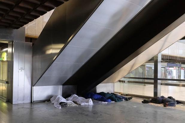 Migranten verlaten Noordstation