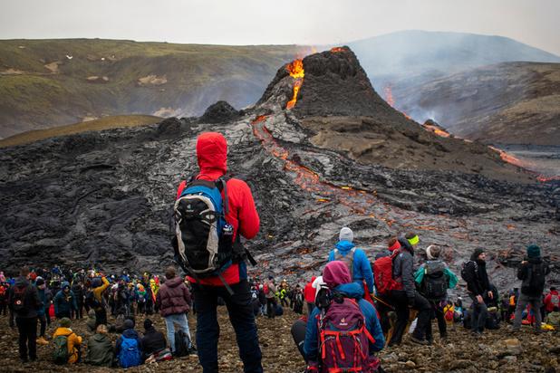Islande: à quelques kilomètres de la capitale, l'éruption d'un volcan attire les foules