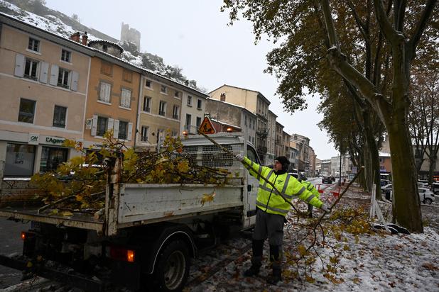France: 33.000 foyers privés d'électricité, un couple meurt intoxiqué
