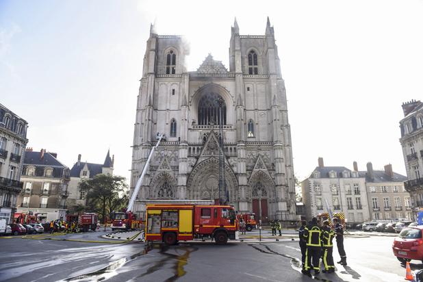 """Un incendie est désormais """"circonscrit"""" à la cathédrale de Nantes"""