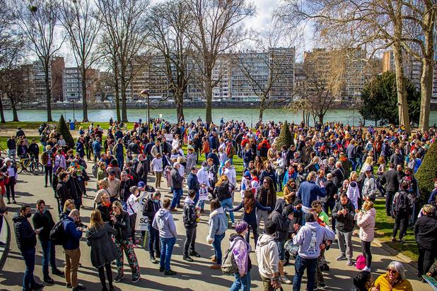Des centaines de personnes rassemblées à Liège contre les mesures Covid