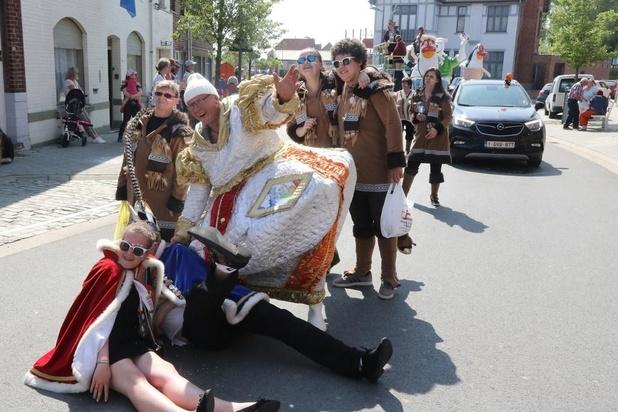 Carnavalstoet in Mesen onder de stralende zon