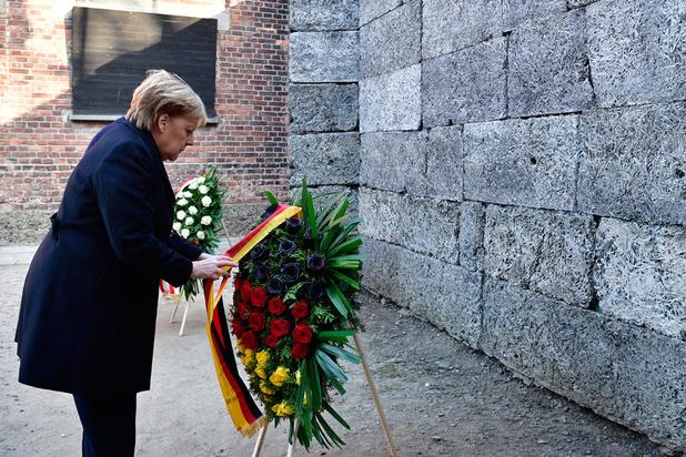 Bondskanselier Merkel brengt voor het eerst bezoek aan Auschwitz