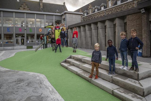 Kinderen De Bunderboog in Moorslede spelen op een totaal nieuwe speelplaats - Krant van Westvlaanderen