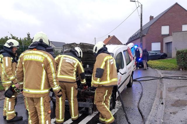 Wagen van B-post brandt uit in Zwevezele