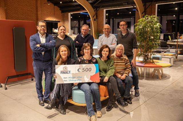 Zeven fotografen schenken kasinhoud van hun tentoonstelling aan Mivalti Tielt - Krant van Westvlaanderen