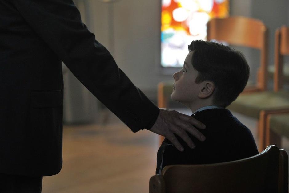 """François Ozon belicht pedofilie: 'Veel mensen begrijpen niet waarom kinderen """"zich laten doen""""'"""