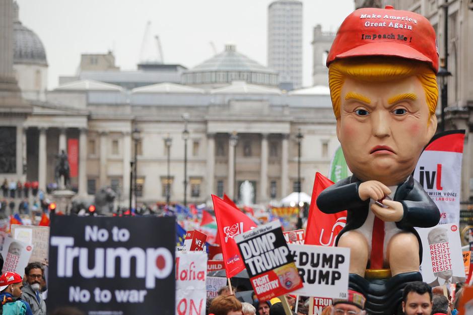 In beeld: Londenaars zetten Trump op gouden toilet