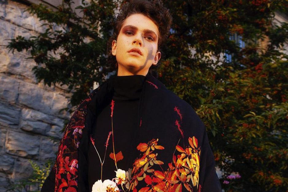 Rode rozen en wilde bloemen: de mode staat in volle bloei