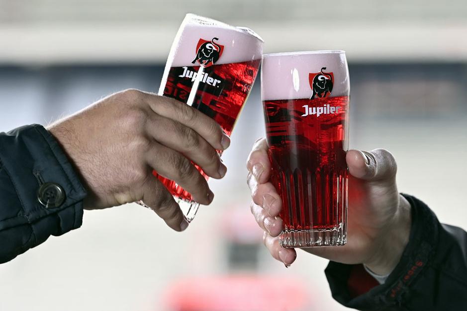 Jupiler kleurt rood tijdens EK voetbal