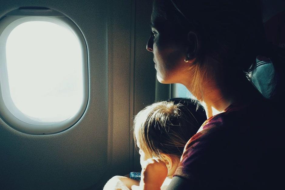 Vliegen met kinderen: een goed voorbereide ouder is er twee waard