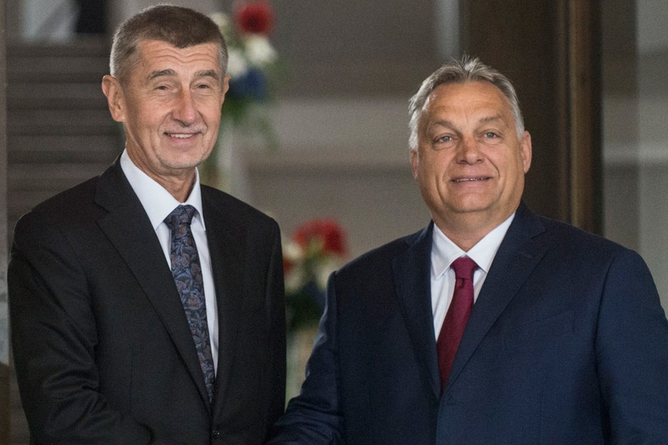 Vrolijke, foute vrienden: waarom de Europese partijen Orban en co. laten begaan
