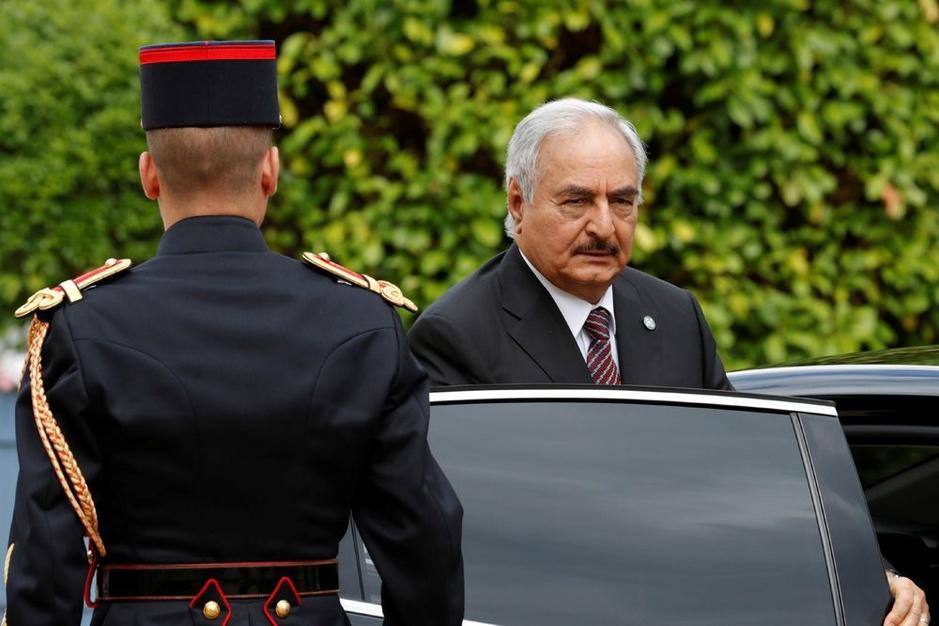 Wie is Khalifa Haftar, de maarschalk die Libië op zijn grondvesten doet daveren?