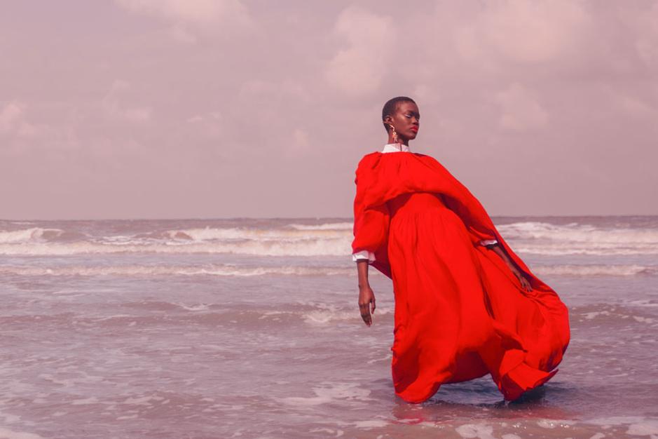 Mode aan de kust: zandtinten primeren met rood als vurig accent