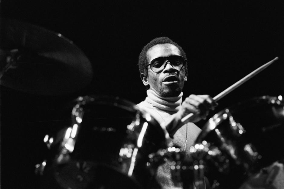 In memoriam: Tony Allen, de Nigeriaanse drummer die Damon Albarn altijd aan het dansen kreeg