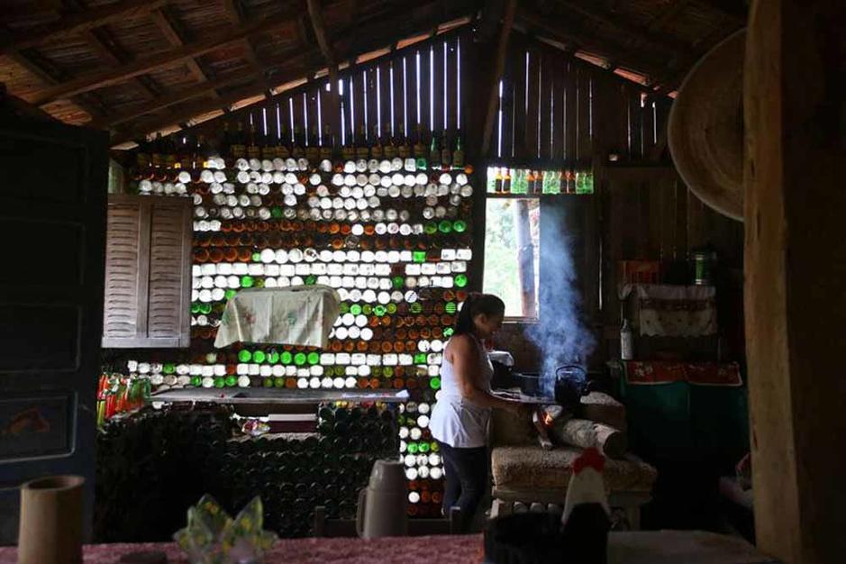 Une maison faite de 6 000 bouteilles en verre