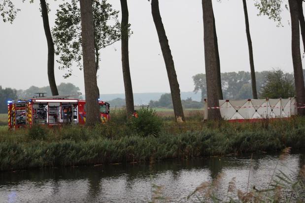 VIDEO Man overlijdt nadat hij een boom ramt en niet uit brandend voertuig geraakt