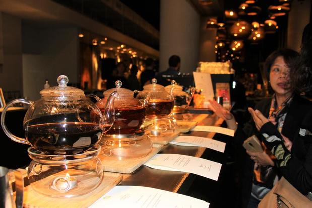 Iris en Elke pakken in Viva Sara Belgische titel in het thee zetten