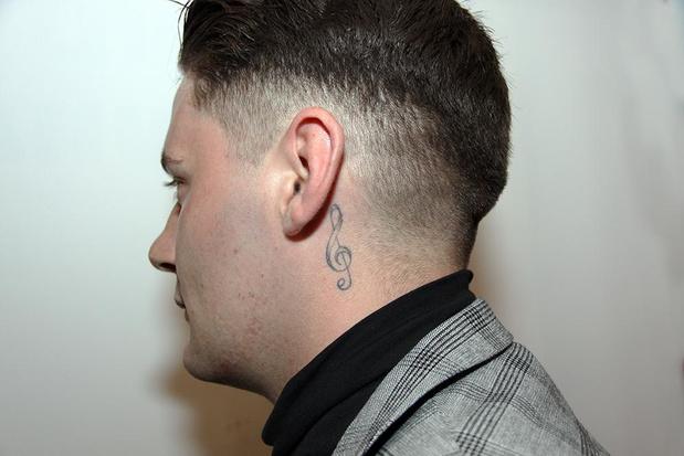 Waarom draagt Jordy Vannet een tattoo van een solsleutel in zijn nek ?